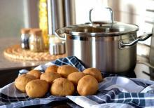 Bublinkové brambory s pažitkovým dipem